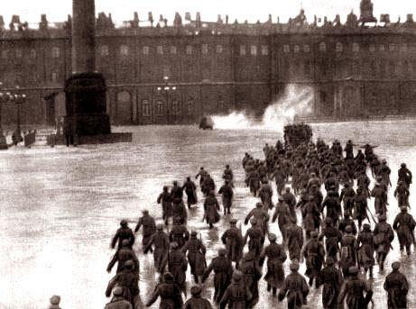 """Sturm auf den Petersburger Winterpalast 1917: """"Nachstellung"""" von 1920"""
