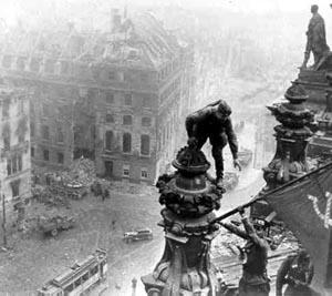 Rotarmisten hissen die sowjetische Fahne auf dem Reichstag