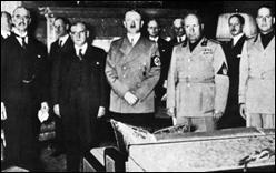 Die Unterzeichner des Münchner Abkommens v.l. britischer Außenminister Arthur Neville Chamberlain, französischer Außenminister Édouard Daladier, Hitler und  Benito Mussolini.