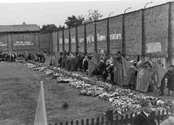 Gedenkfeier an der ehemaligen Lagermauer von Ravensbrück, 1950