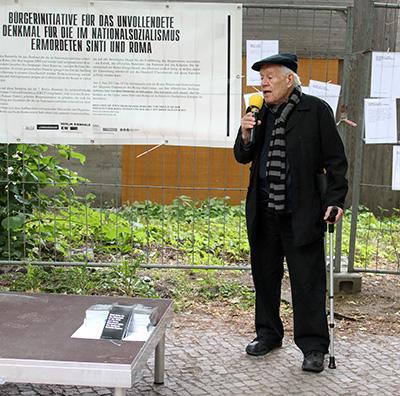 Dani Karavan, 2. Juni 2012 während einer Demonstration der Romani Elders organisiert von Timea Junghaus im Rahmen der Berlin Biennale vor dem Bauzaun des Denkmals für die im Nationalsozialismus ermordeten Sinti und Roma, Foto: Matthias Reichelt
