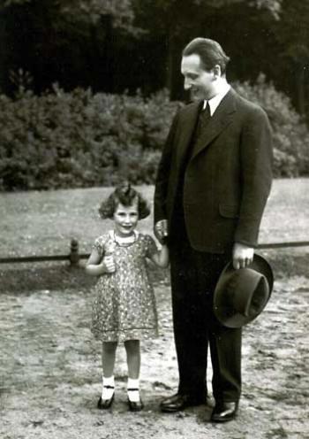 Hans Goslar mit seiner dreijährigen Tochter Hanneli im Tiergarten Berlin, Juli 1932