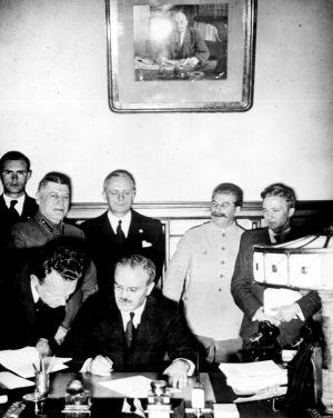 Wjatscheslaw M. Molotow, Joachim von Ribbentrop, Josef Stalin unterzeichnen deutsch-russischen Nichtangriffspak