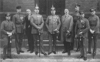 März/April 1924: Die Angeklagten im Hitlerprozess. In der Mitte Ludendorff, rechts daneben Hitler.
