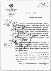 """Innenminister Lavrentij Berija empfiehlt bereits am 5. März 1940 """"dem Genossen Stalin"""" in einem Brief 14.700 polnische Offiziere und 11.000 """"Mitglieder von verschiedenen konterrevolutionären Gruppen"""" zu erschießen."""