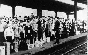 Schulkinder 1941 warten auf einen KLV Sonderzug.