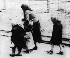 Kinder in einem unbekannten Konzentrationslager.