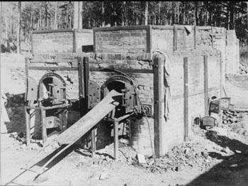 Die Krematoriumsöfen nach der Befreiung 1945. Quelle: United States Holocaust Memorial Museum, courtesy of Muzeum Stutthof , Photograph #12199.