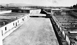 Blick auf einen Teil des Lagerkomplexes mit Blick auf den Hof des Gestapogefängnisses in der