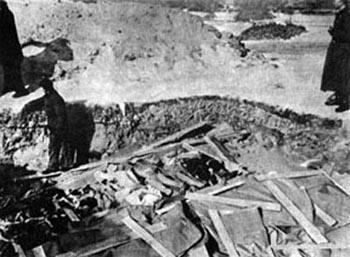 Massengrab in Treblinka - März 1943. Aufnahme des stellvertretenden Lagerkommandanten.