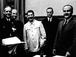 Nach der Unterzeichnung des Deutsch-sowjetische Nichtangriffspaktes am 23. August 1939. 1. Reihe v. l. n. r.: Ribbentrop, Stalin, Molotov