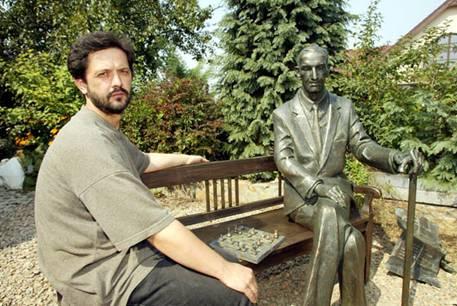 Karol Badyna mit seiner Skulptur Jan Karskis. Quelle: The American Center of Polish Culture, Washington
