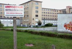 """Seit 1994 steht """"Prora unter Denkmalschutz. Teilweise sind die Gebäude stark beschädigt und einsturzgefährdet."""