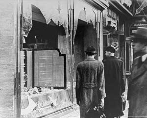 Zerstörte Schaufenster nach den Pogromen