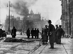 Der brennende Reichstag in Berlin am 27./28. Februar 1933 (Fotomontage)