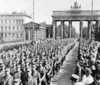 Die SA bei einem Marsch durch das Brandenburger Tor.