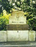 """""""1933-1945 / Den Opfern des Nationalsozialismus"""". 1953 vom Bund der Verfolgten des Naziregimes errichtetes Denkmal in Berlin, Steinplatz, analog zu dem bereits 1951 hier errichteten Denkmal für die """"Opfer des Stalinismus""""."""