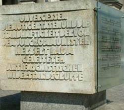 """Heute veränderter Gedenkstein von Jürgen Raue aus dem Jahr 1981 für die """"von dem Jungkommunisten Herbert Baum geleitete antifaschistische Widerstandsgruppe"""", Am Lustgarten, Berlin."""