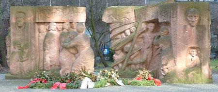 Der Protest der Frauen in der Rosenstraße, Berlin 1943. Ebendort befindliches Denkmal von Ingeborg Hunzinger, eingeweiht 1995.