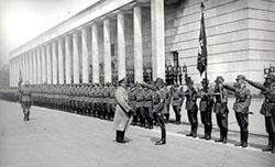 Hitler bei der Einweihung des Hauses der Deutschen Kunst am 18. Juli 1937